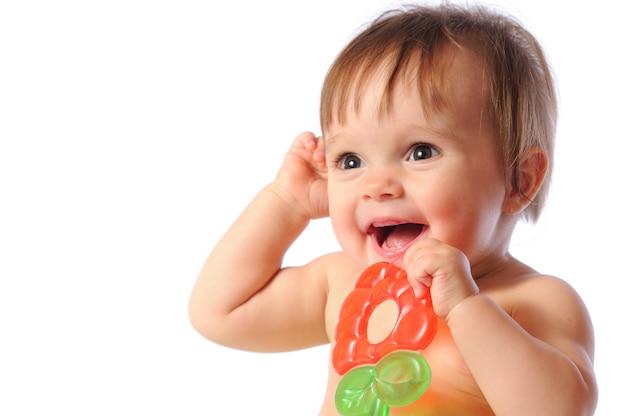 Petit bébé tenant un jouet de dentition coloré