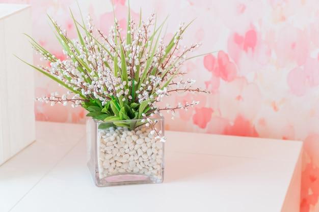Petit bel arbre dans le verre décorer sur la table