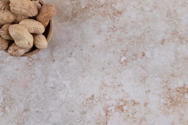 Un petit bol en bois plein de noix de cajou en bonne santé