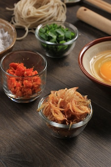Petit bol d'échalotes frites à l'oignon (bawang goreng), généralement pour garnir les plats indonésiens ou malais