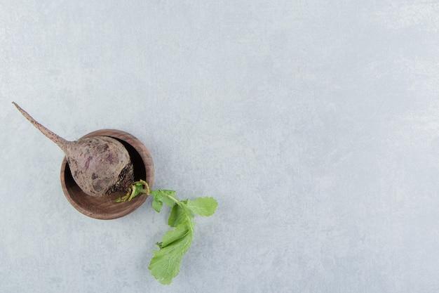 Un petit bol de radis, sur le marbre.