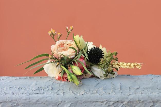 Petit bouquet sur un gris-brun.