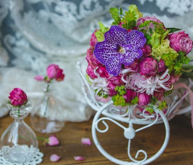 Petit bouquet de mariée à l'intérieur des accessoires de mariage