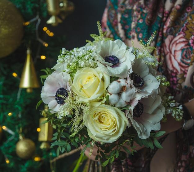 Un petit bouquet de roses blanches à noël en cadeau