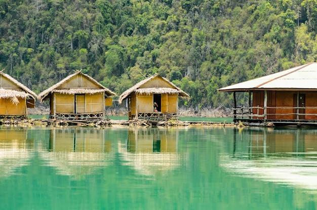 Petit bungalow en bambou flottant. entouré de montagnes et d'eau dans le barrage de ratchaprapha, parc national de khao sok, province de surat thani, thaïlande.