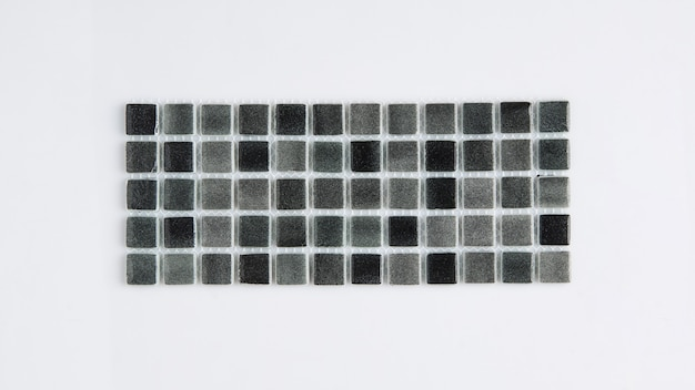 Petit carreau de céramique noir sur fond blanc, vue de dessus, majolique. pour le catalogue