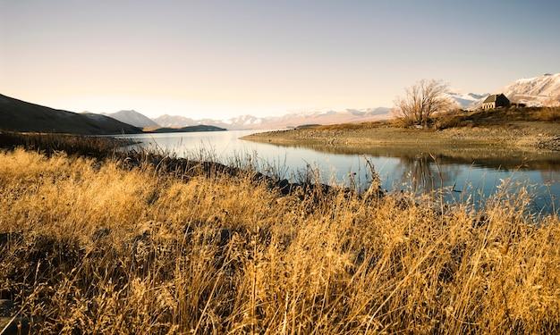 Petit chalet dans une zone rurale avec vue sur les montagnes et le lac.