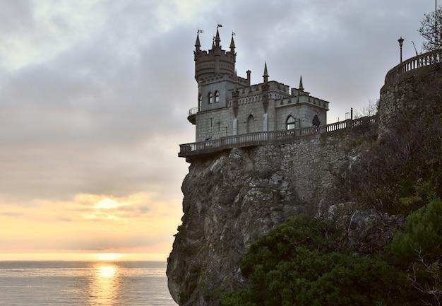 Petit château hirondelles nid au sommet d'une haute falaise sur la mer noire dans le crime