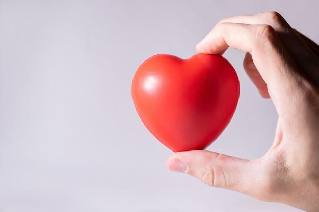 Petit coeur dans une main humaine