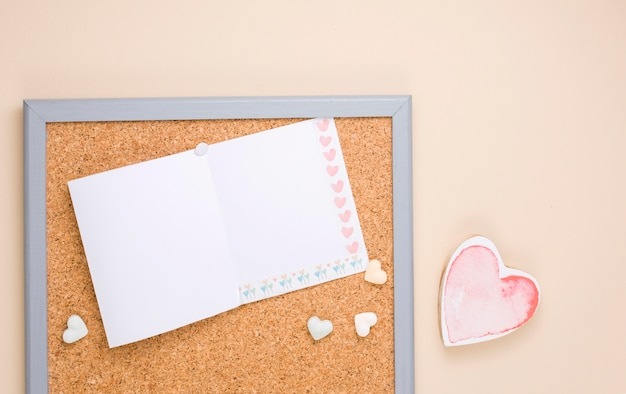 Petit coeur rouge avec du papier vierge