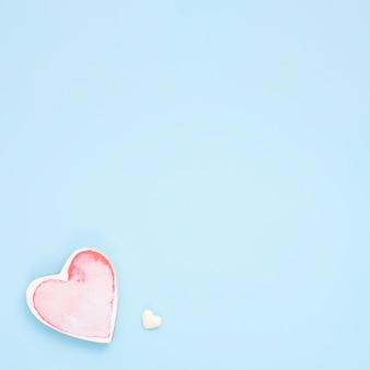 Petit coeur rouge sur la table bleue