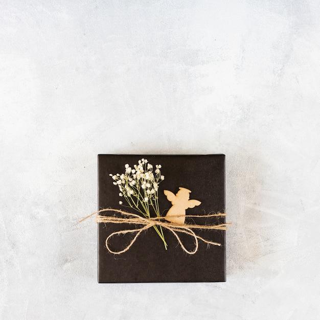 Petit coffret cadeau avec branche verte sur table