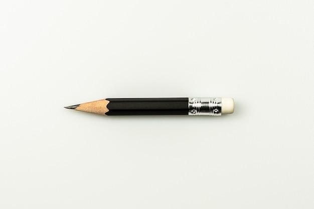 Petit crayon utilisé isolé sur blanc