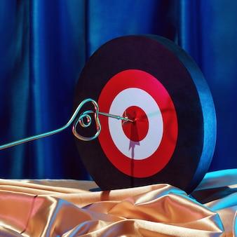 Petit cupidon doré marque sa cible avec une flèche au cœur, concept de la saint-valentin.