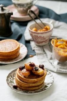 Petit-déjeuner américain, brunch, déjeuner, repas crêpes au beurre de cacahuète et bananes sur une serviette blanche. concept de nourriture végétalienne