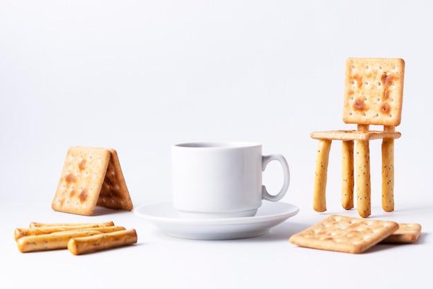 Petit déjeuner amusant une chaise de cracker et une tasse d'espresso