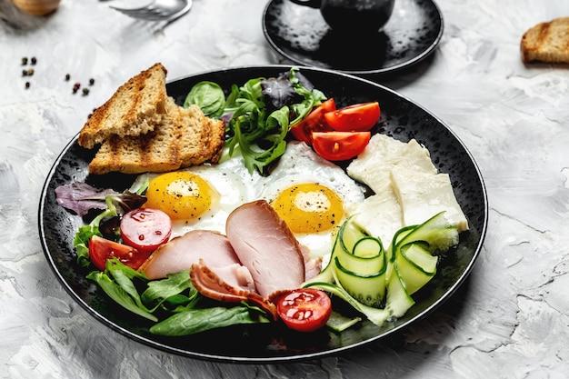 Petit-déjeuner anglais eggsufs au plat avec du pain grillé et du jambon et du café. bannière, recette de menu, vue de dessus.