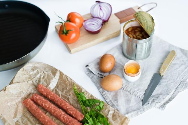 Petit déjeuner anglais sur fond blanc, ingrédients pour la cuisine.