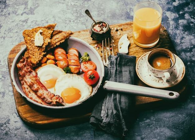 Petit déjeuner anglais traditionnel à la poêle