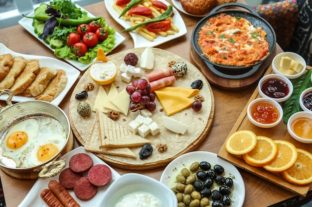 Petit-déjeuner avec arrangement de nourriture