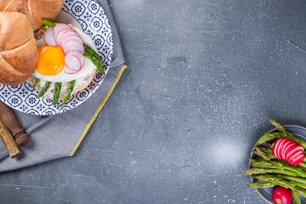 Petit déjeuner avec asperges et oeuf au plat pour le petit déjeuner.