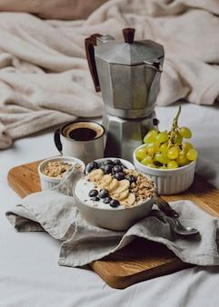 Petit déjeuner au lit avec des céréales et des myrtilles