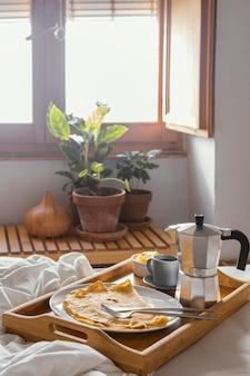 Petit-déjeuner au lit avec crêpes à angle élevé