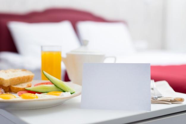 Petit déjeuner au lit dans une chambre d'hôtel