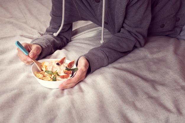 Petit déjeuner au lit à partir de céréales diététiques aux figues