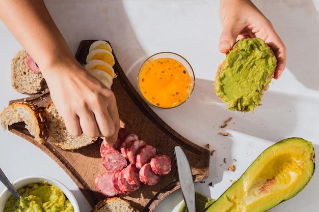 Petit déjeuner au soleil avec des ingrédients tropicaux. cuisine traditionnelle.
