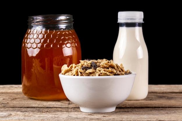 Petit-déjeuner aux céréales avec du miel et du lait