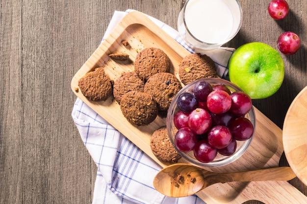 Petit déjeuner avec biscuit fruits frais mélangés