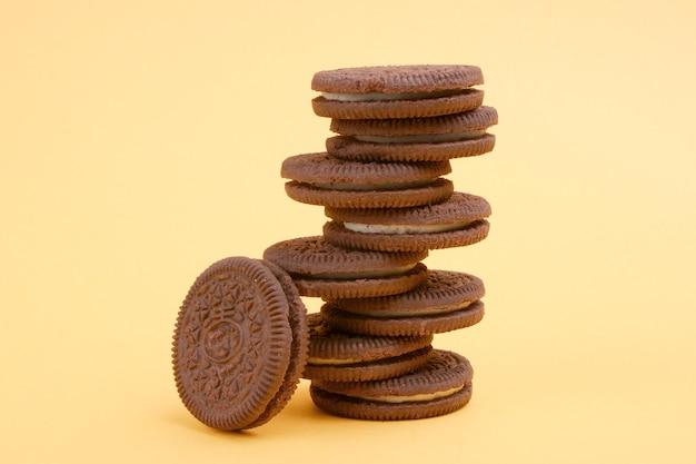 Petit déjeuner avec des biscuits marron ronds sur fond jaune. vue de face. composition horizontale