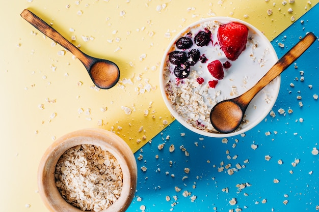 Petit déjeuner. bol de lait d'avoine avec des flocons d'avoine et des baies. nourriture végétalienne. journée de la santé