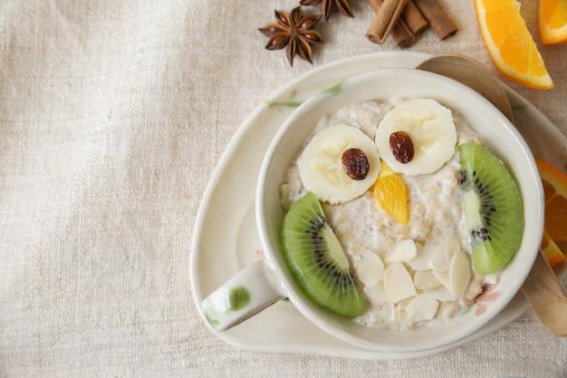 Petit-déjeuner bouillie de hibou, art culinaire pour les enfants