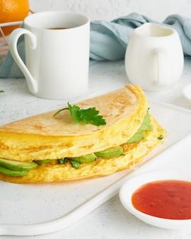 Petit-déjeuner branché avec quesadilla et œufs, nourriture tendance avec omelette, fromage