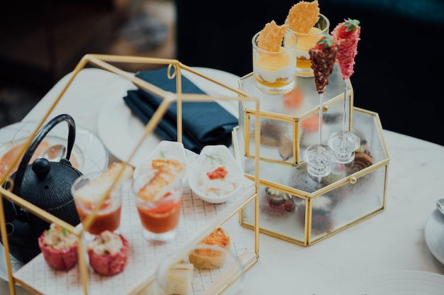 Petit-déjeuner buffet avec des desserts
