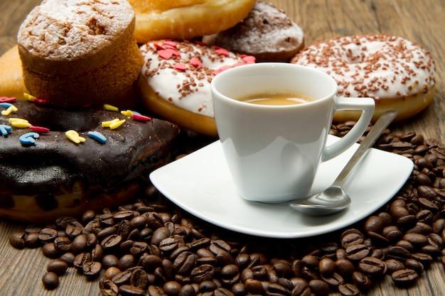 Petit-déjeuner avec café et beignets