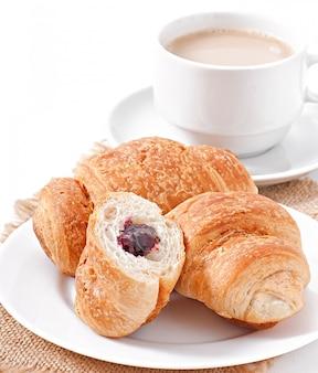 Petit déjeuner avec café et croissants frais