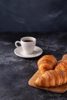 Petit-déjeuner avec café et croissants, mise au point sélective