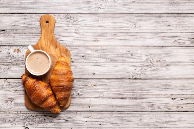 Petit déjeuner avec café et croissants, vue de dessus