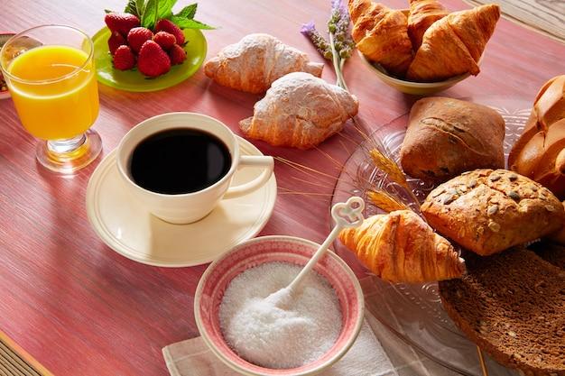 Petit-déjeuner café avec pain croissant au jus d'orange
