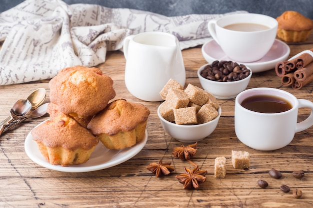 Petit déjeuner et café, pâtisseries, cassonade et cannelle avec anis sur bois
