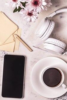 Petit-déjeuner - café, téléphone, écouteurs