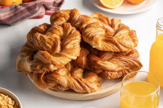 Petit-déjeuner avec café, viennoiseries, jus de fruits et céréales