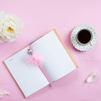Petit déjeuner avec cahier, café et bonne humeur