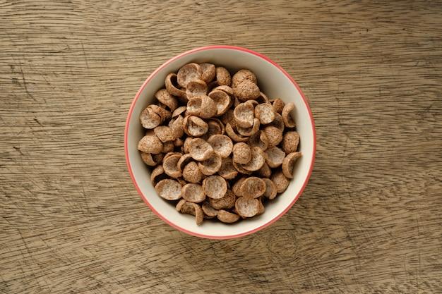 Petit déjeuner de céréales dans un bol sur fond en bois