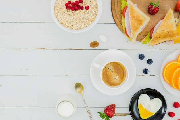 Petit déjeuner avec des céréales et des fraises