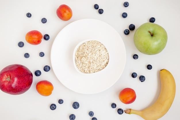 Petit déjeuner avec céréales et fruits