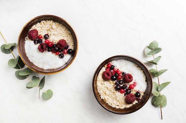 Petit déjeuner avec des céréales et des fruits